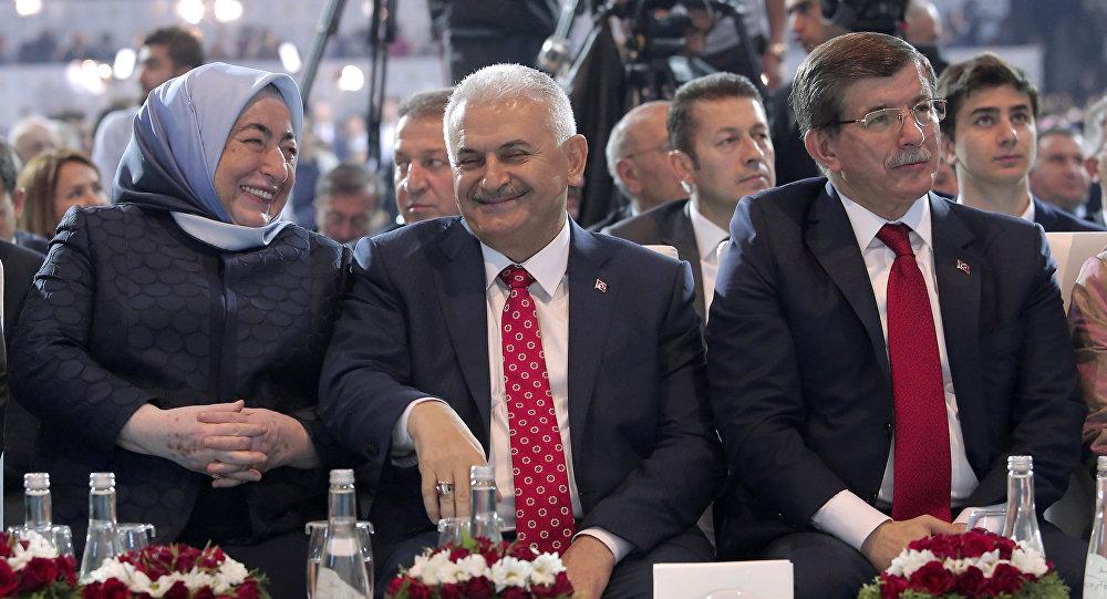 土耳其新總理耶爾德勒姆(照片中央)