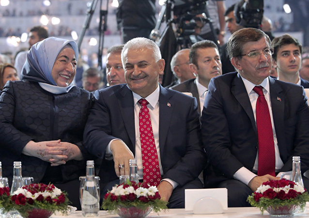 土耳其新总理耶尔德勒姆(照片中央)
