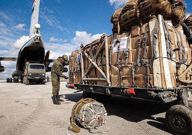 俄軍在敘東古塔分發10噸多食品