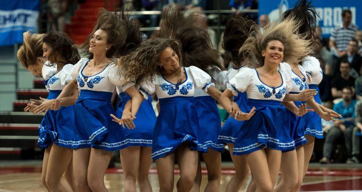泽尼特队(圣彼得堡)和unics队(喀山)拉拉队在篮球统一联赛二分之一比赛中