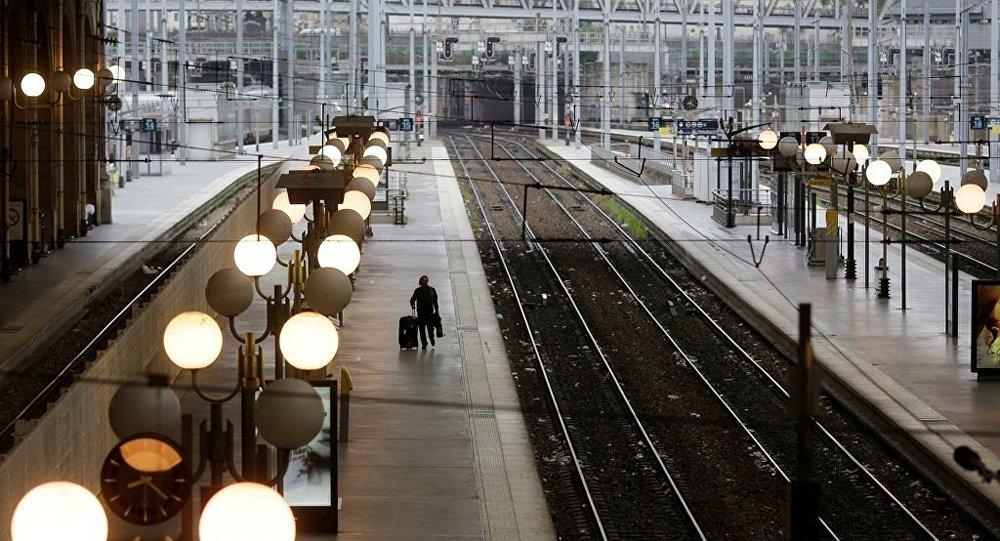 媒體:一枚炸彈在巴黎近郊高速列車下面爆炸