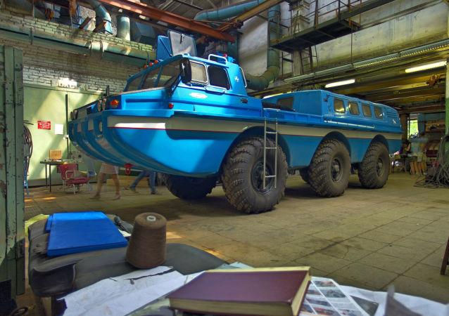 """俄""""蓝鸟""""越野车演练在乌拉尔撤离异常着陆宇航员"""