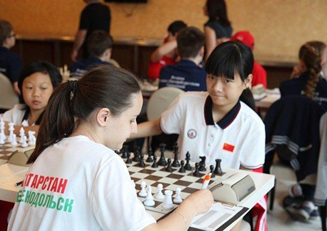 俄中两国十余名棋手参加在哈尔滨举行的国际象棋友谊赛