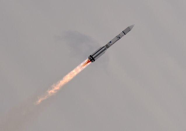 質子-M火箭將載有兩顆衛星的Breeze-M助推器送入亞軌道