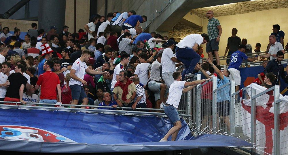 英国球迷在俄罗斯与英格兰的比赛后走出球场
