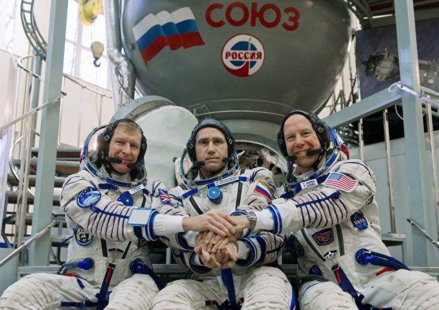 聯盟號TMA-19M宇宙飛船艙搭載國際空間站工作人員降落在哈薩克斯坦