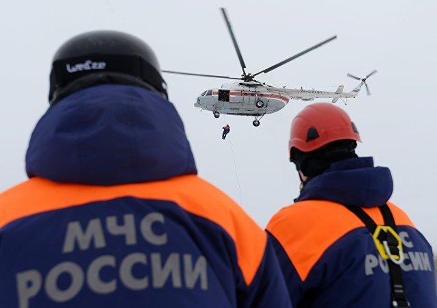 紧急情况部工作人员从贝加尔冰上救出30余名捕鱼人