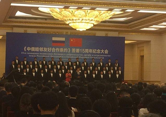 男子合唱团正在演唱俄罗斯和中国的民间歌曲