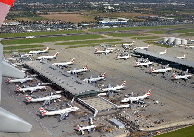 伦敦希思罗机场发生重大交通事故疏散乘客数百人