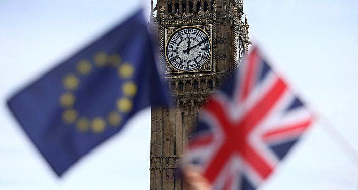 媒體:英首相說服歐盟擱置脫歐談判中最困難的愛爾蘭問題