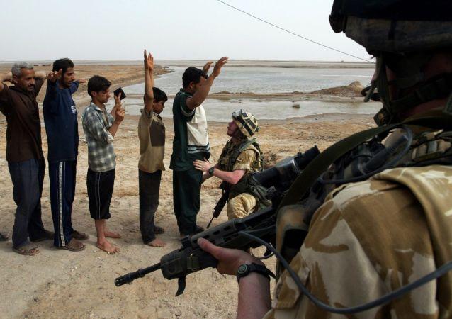 英国战士正在对伊拉克人进行搜查,巴士拉