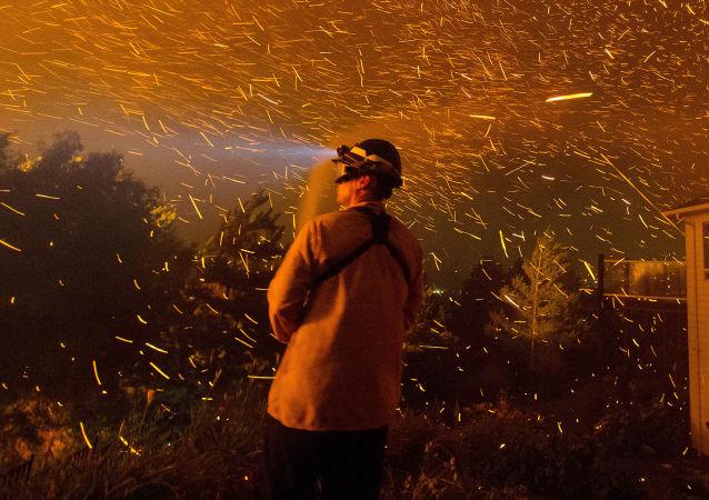 媒體:美國加州火災遇難人數升至17人 上百人入院