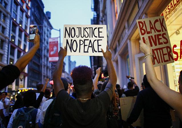 芝加哥抗议民众要求监禁拘捕过程中杀人的警察