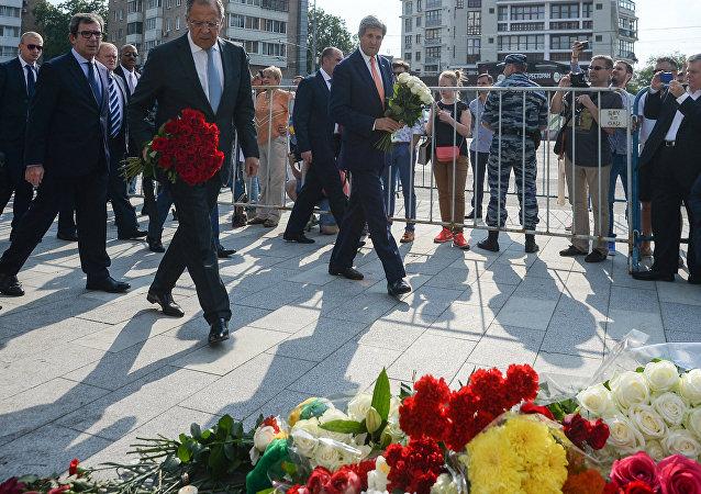 拉夫罗夫和克里前往法国使馆悼念恐怖袭击受害者