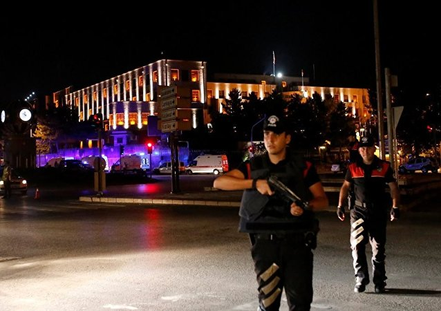 媒體消息稱,土耳其首都安卡拉傳出槍聲,城市上空出現殲擊機和武裝直升機