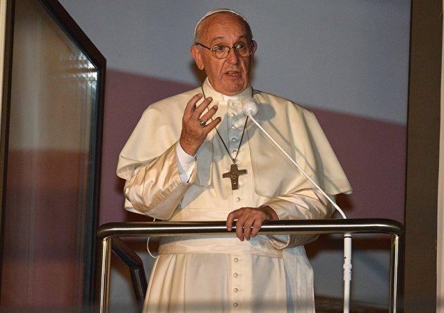 羅馬教皇波蘭彌撒期間失去知覺