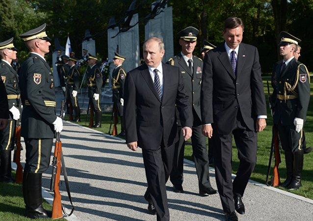 普京和斯洛文尼总统帕霍尔在俄苏将士纪念碑揭碑仪式上