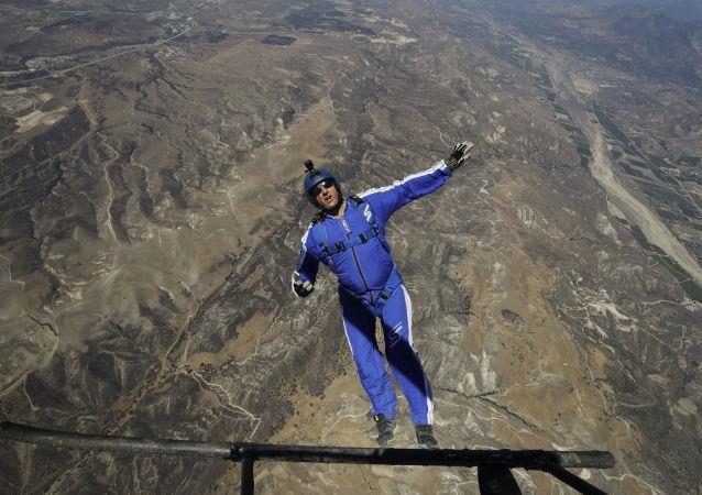 美国跳伞运动员卢克·艾金斯