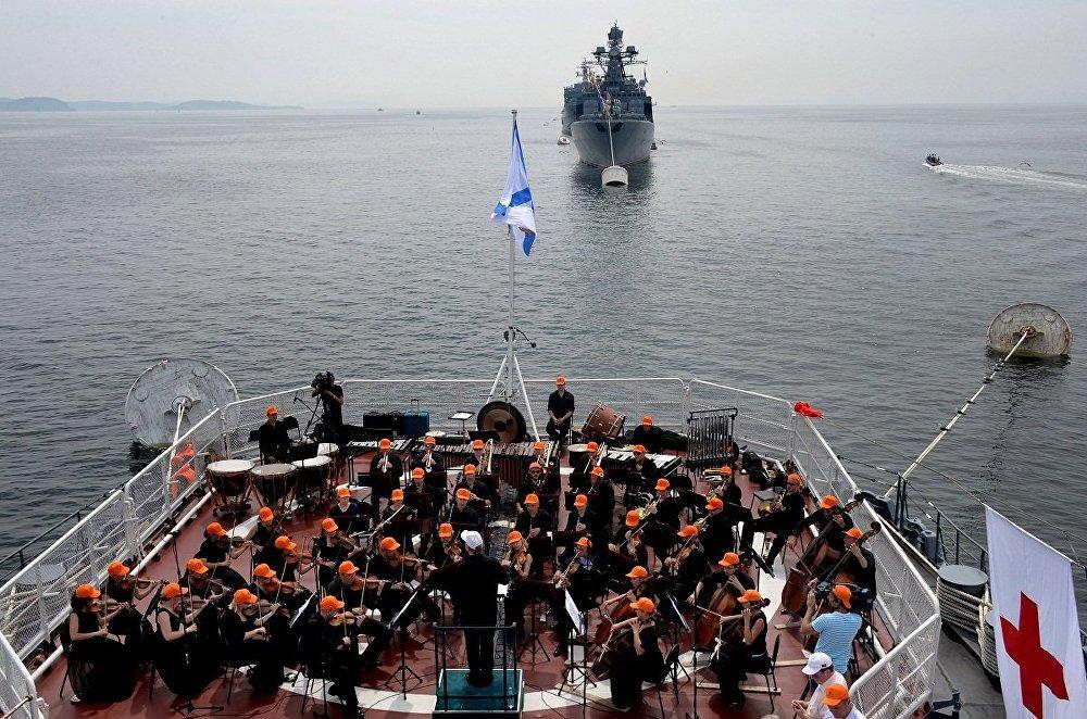 马林斯基大剧院交响乐团在瓦良格号巡洋舰上演出