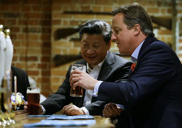卡梅伦与习近平喝啤酒