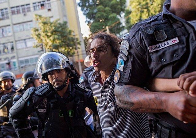 里約警方用催淚瓦斯驅散馬拉卡納體育場外示威群眾