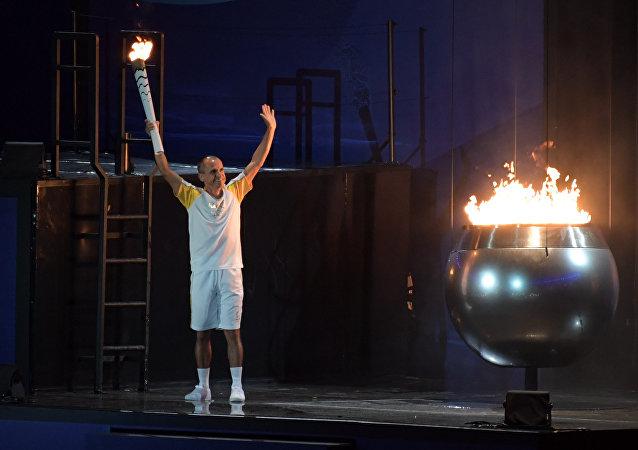 2004年雅典奧運會銅牌得主範德萊·科代羅·德利馬點燃2016年里約奧運會聖火