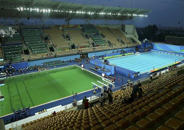 里约奥运泳池一天变绿
