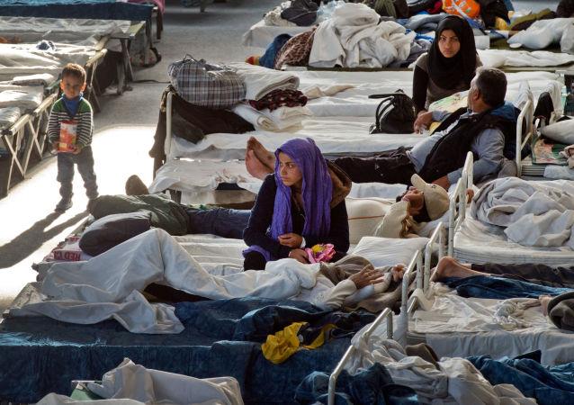 Беженцы во временном лагере в немецком городе Ханау