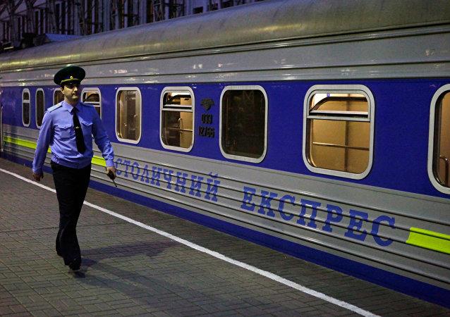 海關人員。莫斯科-基輔的首都間特快列車
