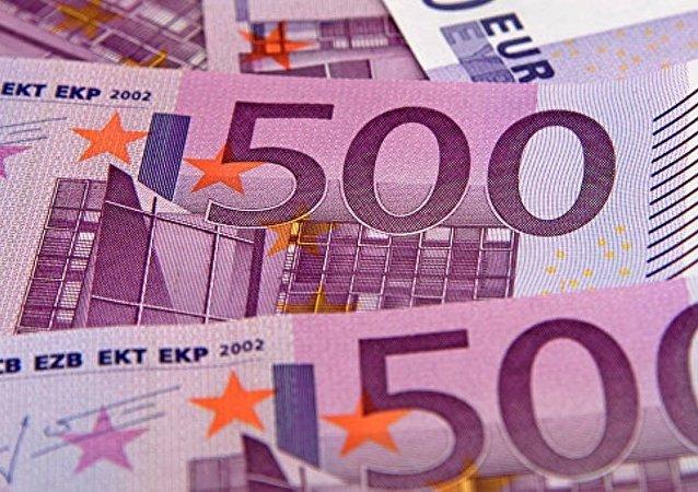 巴塞罗那一名小学生给同学们分发1万欧元