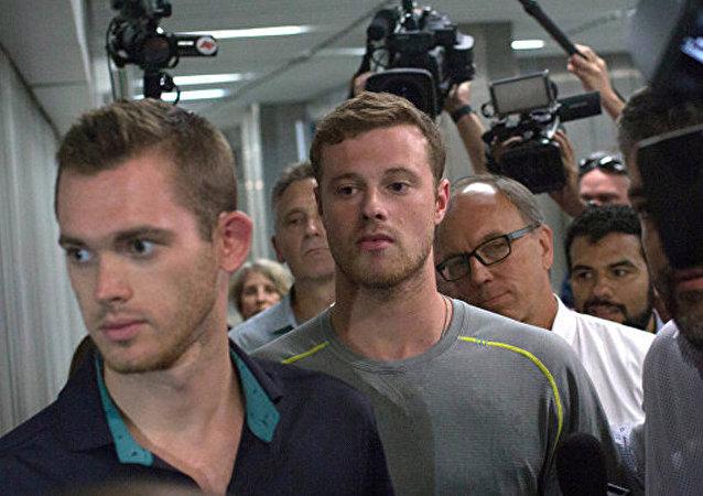 美国游泳选手贡纳尔•本茨和杰克•康格在里约热内卢机场的警察分局