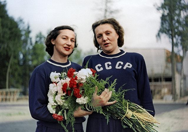 名副其实的奥运冠军:苏联体操运动员玛丽娅·戈罗霍夫斯卡娅(左)和在1952年夺得第一枚铁饼项目金牌的尼娜·波诺马廖娃(右)