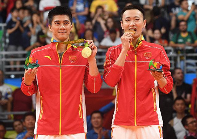 傅海峰和张楠获羽毛球男子双打金牌