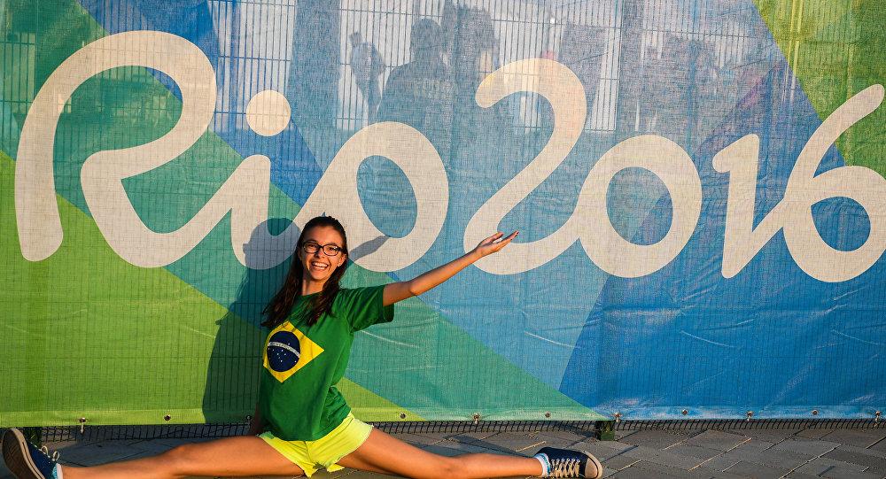 奥林匹克公园附近的一名为奥运会助威的年轻女子