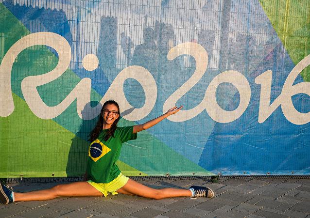 奧林匹克公園附近的一名為奧運會助威的年輕女子