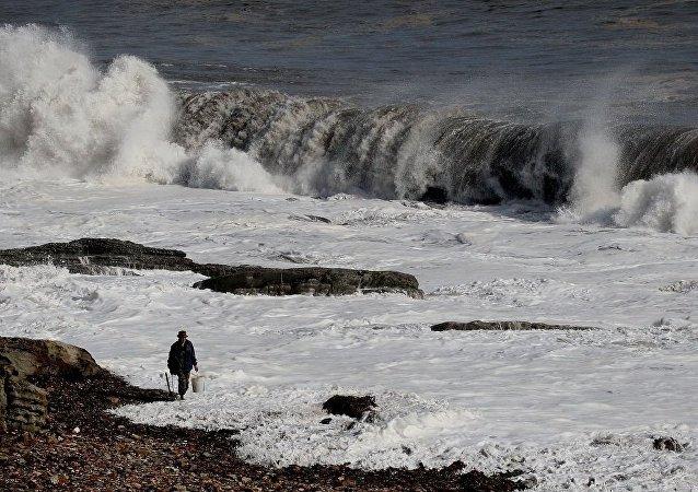 俄海员救下一名靠塑料泡沫漂流10小时的朝鲜渔民