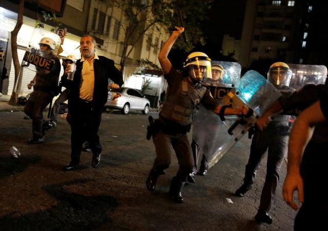 罗塞夫支持者在圣保罗打砸银行