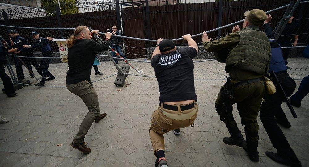 俄駐基輔使館建築入口此前被3人封堵現已解除