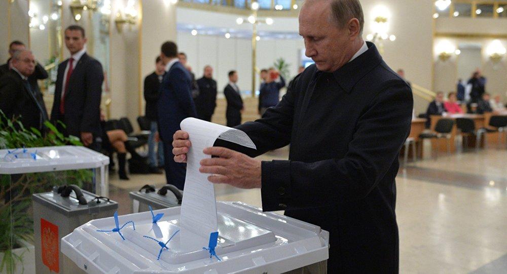 普京來到投票點參加國家杜馬議員選舉投票