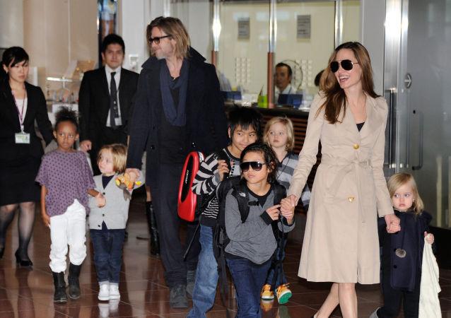 媒体:朱莉与皮特避开孩子秘密会面