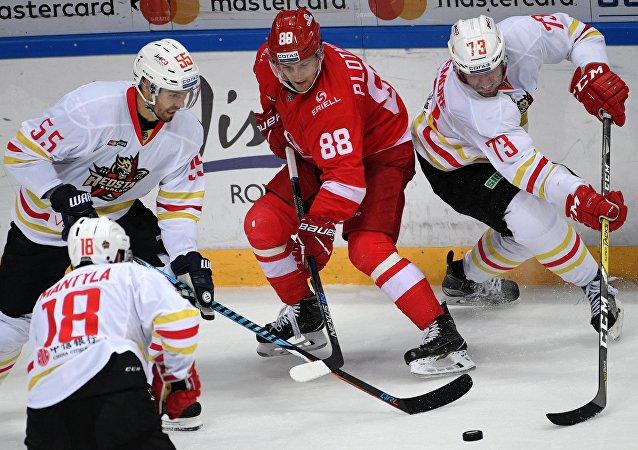 「崑崙鴻星」隊在大陸冰球聯盟冠軍賽中打敗哈薩克斯坦「巴雷斯」冰球隊
