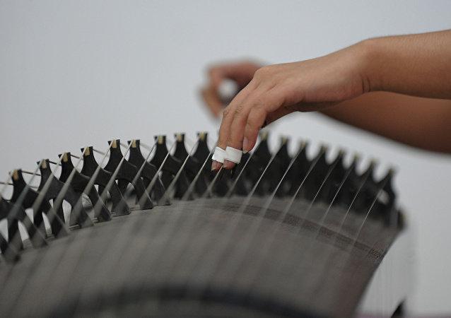 一床珍贵的中国七弦古琴在俄出售