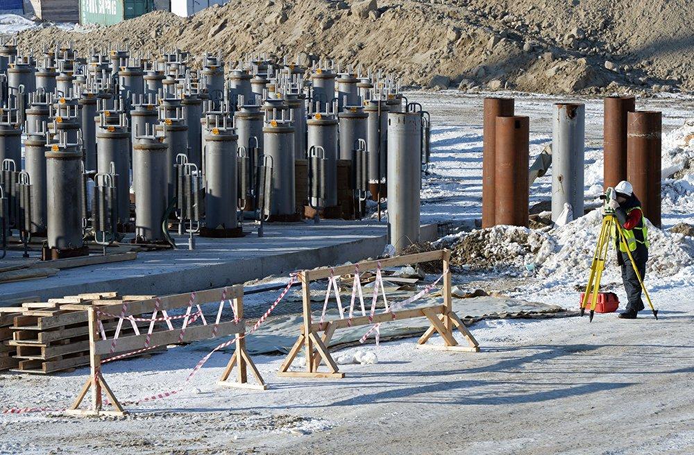 俄罗斯和中国在亚马尔液化气项目上开展合作,该项目20%的产量归中国石油天然气集团公司(CNPC),9.9%的产量归丝路基金。亚马尔液化气是俄罗斯诺瓦泰克公司的天然气液化厂,项目应该由3个液化气生产线组成,生产能力为每条生产线年产550多万吨液化气,第4条生产线的生产能力将是年产90万。