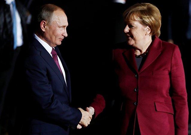 普京:期待默克尔5月访俄