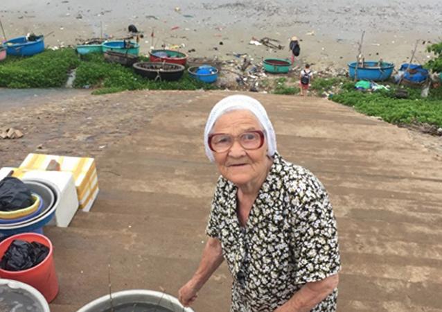89-летняя баба Лена из Красноярска путешествует по миру на заначку от пенсии