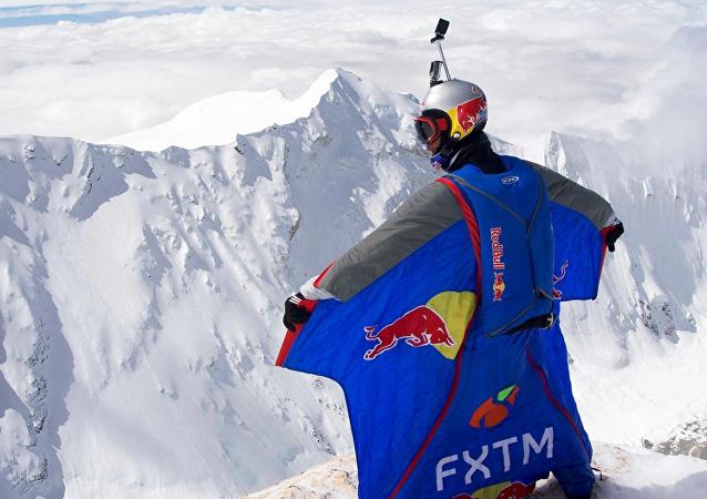 俄羅斯定點跳傘狂人、登山運動員瓦列里 · 羅佐夫