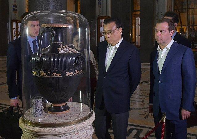 俄中兩國總理參觀聖彼得堡冬宮博物館並欣賞館藏品