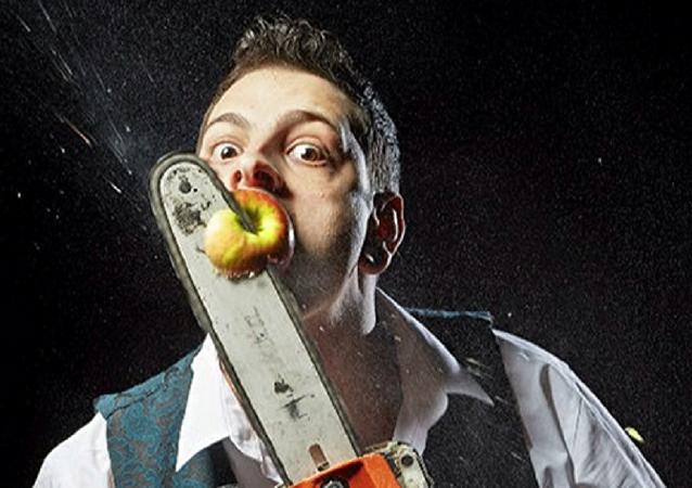 英國人約翰尼•斯特蘭奇成為一分鐘內用電鋸割掉嘴裡蘋果最多的人
