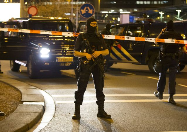 媒体:荷兰军警人员在鹿特丹拘留了一名携带实弹АК-47的疑似恐怖分子