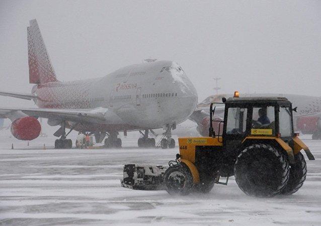 莫斯科各机场1月2日因天气原因20多个航班延误 9个被取消